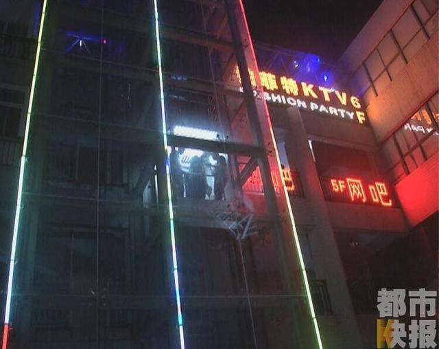 9月11日晚上,陕西西安盛世商都小区,几个刚从网吧出来乘坐电梯的年轻人被吓了一跳,因为他们被悬在了四楼和五楼之间的半空中,不能上也不能下。