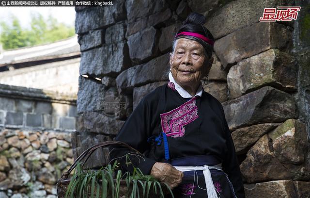 在福建省宁德市霞浦县有一个古老的纯畲族村落——半月里村,迄今已有300多年的历史,是闽东地区现存畲族古迹最多的村庄,也是全国五大畲族文化村之一。而居住在这里87岁的畲族老太钟连娇,也因兼职摄影模特名声远扬。#据了解,钟大娘每天都穿戴着畲族服饰,挎着菜篮子,腿脚麻利的穿梭在大街小巷、院落内外,择菜、舀水、烧火、做饭,穿针引线、缝补衣服,那动作神态,有板有眼,十分自信。#据悉,老人四世同堂6口人,都居住在半月里村。她每月靠当摄影模特赚点生活费,除了自己的伙食和购买一些日用品,剩下的就给儿孙贴补家用,生活其乐融融。#■整理编辑:王 琪#■本期摄影:王稳锁#strong-begincolor-begin版权声明:视觉志稿件系山西新闻网原创首发稿件,未经授权,任何媒体/个人,严禁转载。否则必将追究法律责任。#合作微信:kingbackLcolor-end strong-end