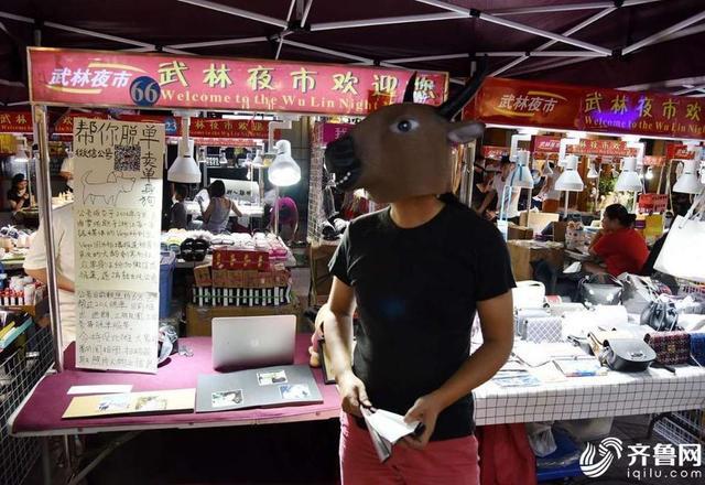 """9月12日晚上,杭州,朱卫国在摊位前吆喝:""""看一看,瞧一瞧,卖单身狗嘞!"""""""