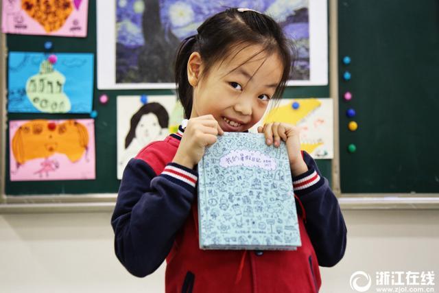 吕笑晗是杭州长江实验小学二年级的学生,因平时爱画画,小姑娘用画画的形式来完成老师布置的暑期日记作业。日记完成后,她爸爸把手绘日记本打印编辑成册,当做礼物送给老师们。平时爸爸也会给她准备一本手绘本,让她空闲之时想到什么就画什么,吕笑晗寥寥几笔就能画出卡通人物形象,生动可爱。