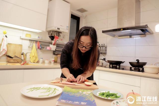 她叫徐淑蓓,杭州一位85后妈妈。徐妈妈不仅长得好看,给3岁孩子做的早餐同样好看。徐妈妈会根据孩子喜欢的绘本图案选择不同食材制作出早餐,每次的早餐就像一幅画。