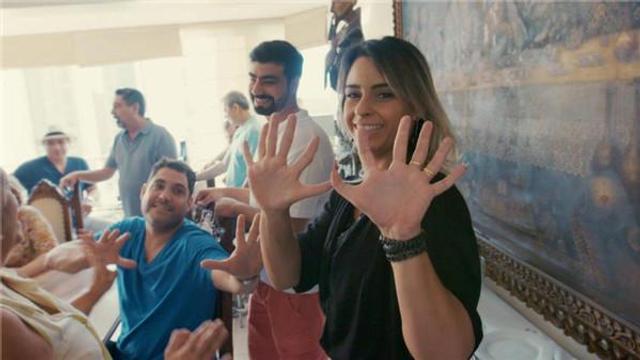 来自巴西的De Silva家族是一个特殊的群体,他们中的14位成员拥有一个共同的特征:都有12根手指和12根脚趾。近日,这个家族又迎来了新成员,一个同样拥有12根手指和脚趾的男婴Vinicius。