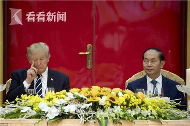 据英国《每日邮报》11月12日报道,美国总统特朗普在参加完亚太经组织领导人非正式会议后,昨天(11日)马不停蹄地又飞往越南首都河内,对越南进行国事访问。
