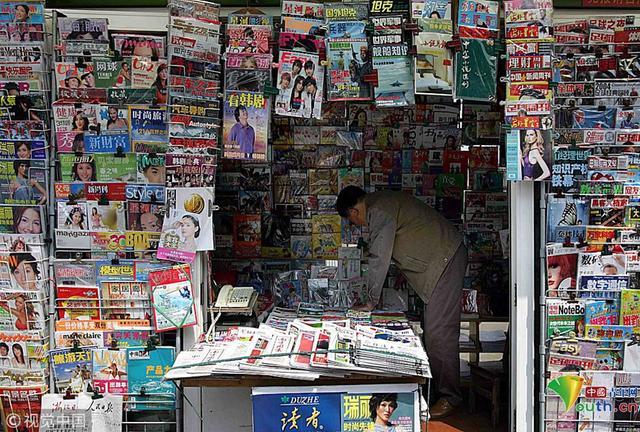 """据新民网消息,近日,艺术家杨烨炘走访了上海近百个即将拆迁的书报亭,邀请最后一批书报亭主人戴上印有""""今天不说话""""的口罩,以一天不说话的沉默方式,集体向那个曾经辉煌的书报亭时代道别。盘点报刊亭""""兴衰史"""",感受即将消失的文化风景。"""
