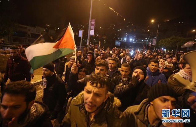 """12月6日,巴勒斯坦人聚集在约旦河西岸城市纳布卢斯,抗议美国总统特朗普宣布承认耶路撒冷为以色列首都。美国总统特朗普6日宣布承认耶路撒冷为以色列首都,并将启动美驻以使馆从特拉维夫迁往耶路撒冷的进程。巴勒斯坦、约旦、埃及等中东地区国家以及阿拉伯国家联盟(阿盟)表示,美方此举可能引发""""危险后果""""。新华社发(艾曼摄)"""