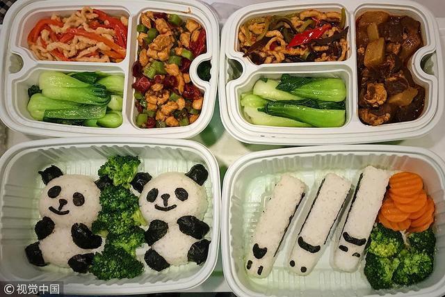 在12月6日开通的西成高铁首发D4253列车上,其中一节车厢包装成了美食车厢。餐车专门为首发列车准备的熊猫盒饭。