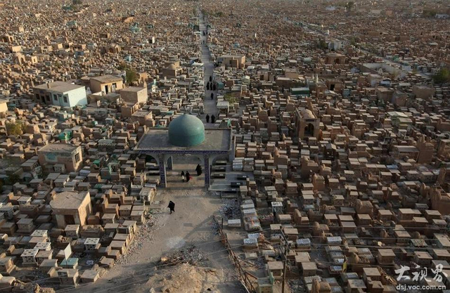 """伊拉克境内有座""""一眼看不到边""""的墓地。这个有着1400年历史的古墓名叫""""和平谷"""",它位于圣城纳杰夫郊外,靠近宗教领袖Ali ibn Abi Talib的圣殿,里面长眠着500多万什叶派穆斯林。"""