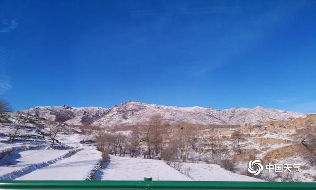 受冷空气影响,春节长假后的首个工作日(11日),内蒙古乌兰察布市多地出现降雪。天空在白雪的映衬下,显得格外的蓝,落雪结冰的户外,连空气都是清甜的。(文/王媛媛 图/孟晓峻 袁梅)