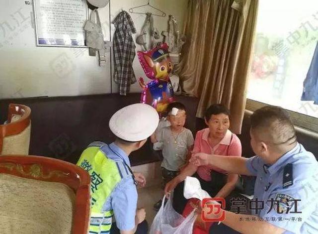 """9月14日报道,9月13日上午11点左右,江西九江市公安交管支队第一大队二中队的指导员江新和接到了电台报警,老汽车站交警执勤岗亭捡到了一名小孩,他和警察江哲纯立即赶到现场。到达岗亭后,看到岗亭里面坐着一位白头发的老奶奶和一名小男孩,老奶奶告诉警察,""""我路上看到这个小孩一个人在路上晃,身边也没有一个大人,我就带他到岗亭来找你们警察了。""""热心的老奶奶说,看着小孩头上还绑着医院打针的纱布,路上还特意买了一个气球哄小孩开心。此时的小男孩非常的乖巧安静,手上还紧紧提着一个塑料袋,为了尽快帮他找到家长,警察打开了塑料袋,""""里面装着几件夏天的衣服、消炎药和两张纸,纸上草拟了一份离婚协议书。"""""""