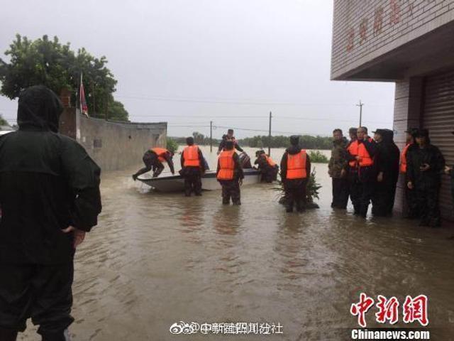 从10日晚到11日上午,四川广汉市遭特大暴雨袭击,导致多处房屋被淹、道路被冲毁,多处河水水位全线告急,个别地方累积雨量超过200毫米。广汉市川江村被困群众200余人,当地政府、武警消防、武装部等部门正全力组织救援。(吴平华 孔季虹)