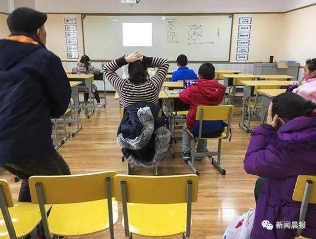 """""""头痛去检查,双侧颈内动脉痉挛,医生说是陪作业落下的,原来陪做作业真的会生很多病的呀!""""日前,上海一位小学三年级家长鱼儿妈在朋友圈发了一条微信,引发了许多朋友的共鸣。"""