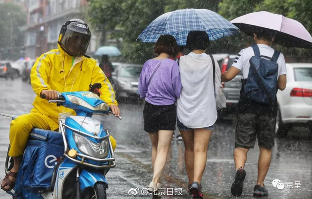 暴雨似乎并不着急,小雨给上午出行的人带来一点麻烦。在雨强最大的通州,城市建设者们辛苦了!北京的防汛、排水各部门工作人员正严阵以待,值守在第一线,杜绝一切水灾隐患。小编提醒各位,雨天出门,小心谨慎,平安第一。