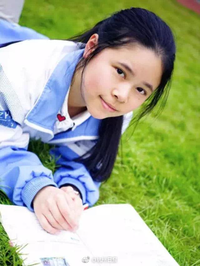 """郑笛文在杭州第十四中学读高二,刚获得""""希望之星""""英语风采大赛全国一等奖,要从全国十几万人中脱颖而出,可见这一等奖的含金量十足。郑笛文既无留学背景,也没有在语言类学校就读。她把英语作为一种生活方式,随时随地学。她有个爱好是背演讲稿,比如奥巴马就任总统时的就职演讲,她就能背得滚瓜烂熟。""""我会模仿他的发音、语调,照着镜子练,甚至有时幻想自己成为总统。""""学得这么走心,英语当然是杠杠的(记者 王洁)"""