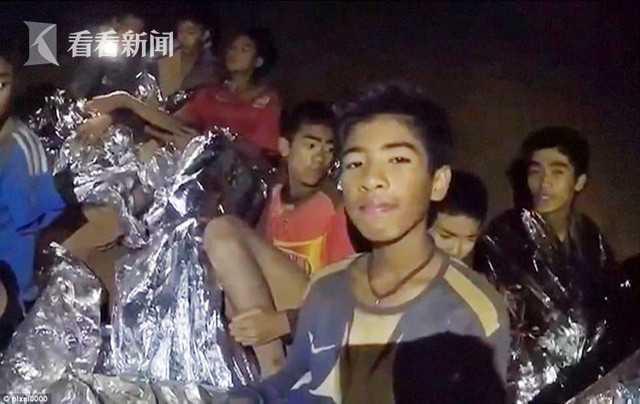 """昨晚(10日),被困泰国清莱府一处溶洞的最后4名少年足球队员和他们的教练终于被成功救出,至此自上月23号以来被困的这13人已全部获救。作为励志鼓劲和诚挚祝福,上周国际足联邀请这支少年足球队前往莫斯科观看世界杯决赛,不过由于验血显示""""全都有感染迹象"""",因此少年们将无法成行。"""