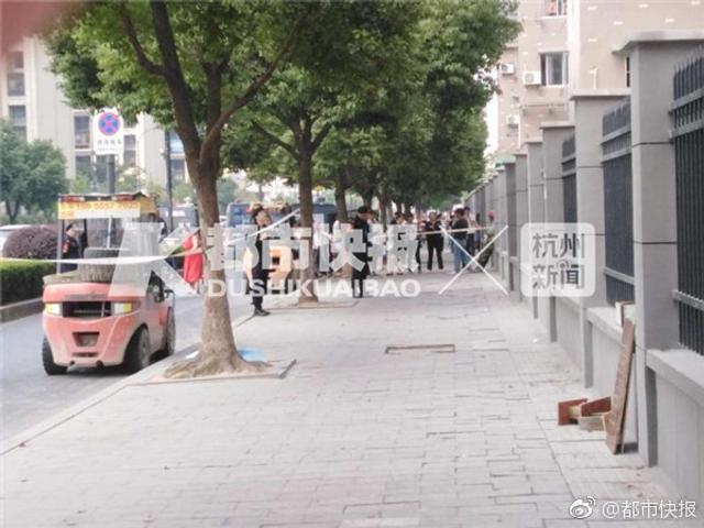10月8日,杭州余杭一名女子坐在某农居点三楼窗台欲跳楼,十分惊险!