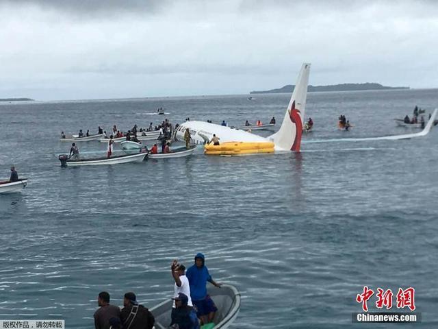 9月28日,新几内亚航空公司一架客机在太平洋岛国密克罗尼西亚降落时偏离机场跑道,坠入海里,机上47名乘客与机组人员全部被救出。