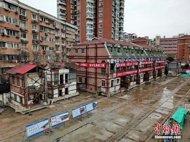 """记者1月8日获悉,位于上海杨浦区的一座拥有116年历史的文物保护建筑成功向东平移,为江浦路越江隧道建设""""让路""""。据透露,这座老洋房包括四座建筑单体,总平移行程约235米。文/陈静 图/芊烨"""