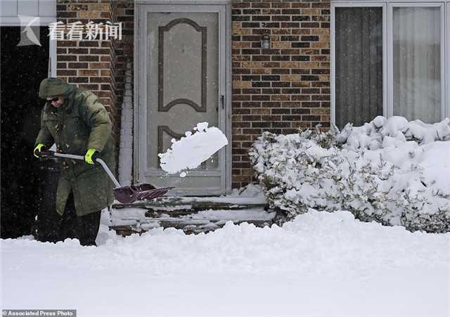 美国和加拿大眼下正在遭遇春季暴雪。当地时间15日,在美国中西部地区造成创纪录低温的暴风雪,向东北部地区蔓延。大量降雪和强风导致不少机场关闭,上万民众受到停电影响。