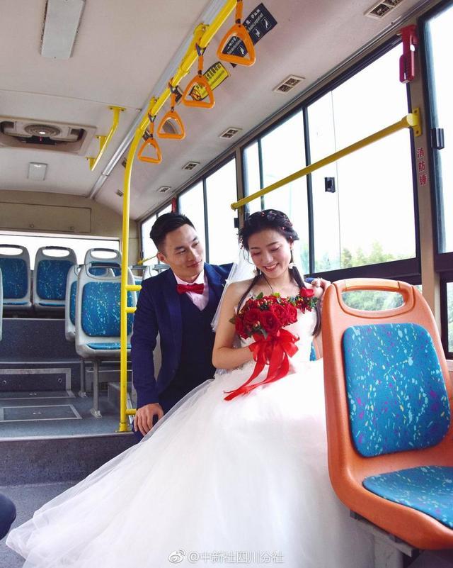 """近日,在四川青神县城区街头出现了由近30辆共享单车组成的""""婚车""""车队。当天结婚的这对新人胡棋超和徐慧已相恋5年,目前在成都工作。这对新人表示,希望通过骑单车、坐公交车这种特别的方式为自己的婚礼留下浪漫回忆,同时也可以为低碳环保理念做贡献。(赵娜娜 王丽)"""