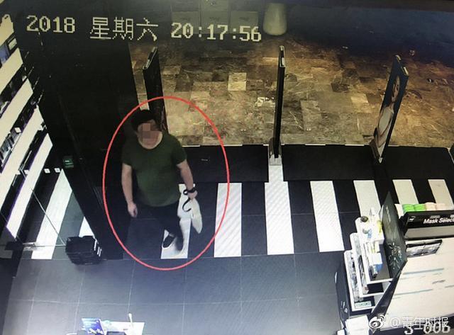 一个1.8米多高,身材微胖的男子,开到四季青某商场化妆品店面,他说自己站了一分多钟没人理他,他觉得男士买护肤品也不应该受歧视,就想教训下店主,偷走一瓶价值600多元的石榴水,现在被江干警方抓获并行政拘留。