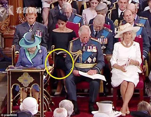 """从婚前就话题不断的英国萨塞克斯公爵夫人梅根·马克尔,嫁入王室后一直备受外界瞩目,有关她的坐姿话题屡被提及。继上月出席白金汉宫活动时翘腿遭抨击后,近日她二度犯了同样错误,被眼尖的网友抓个正着,戏谑命名为""""萨塞克斯坐相""""。"""