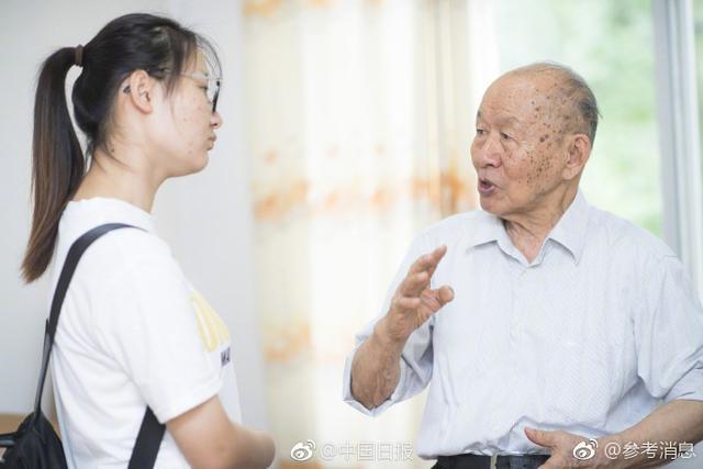 """近日,93岁的中国工程院院士崔崑又拿出180万元,注入到他和夫人在华中科技大学设立的""""勤奋励志助学金""""中,帮助贫困学子。助学金设立于2013年,至今已捐资600万元。但生活上,崔崑一家人一直很节俭,一件衬衣能穿30年。他用""""勤奋报国""""概括自己一生。@中国日报"""