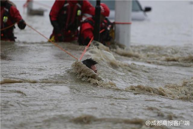 11日下午4时许,看着不断上涨的河水,在金堂万达广场附近工作的唐成成准备向外撤离。过程中,他需要穿过绿洲桥,沿绿洲路,到金泉路向外侧稍高的区域前行。