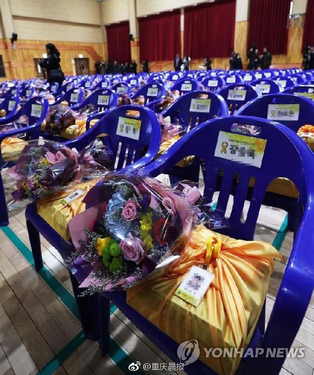 今天(12日)上午,韩国京畿道安山市檀元高中为遇难的250名学生,举办了一场名誉毕业典礼。