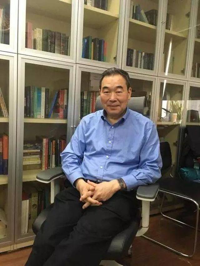 中科院神经科学研究所所长蒲慕明曾经有这样一个身份——中科院历史上第一位外籍所长,如今他放弃了美国国籍,再次成为具有中国国籍的公民。2017年对于蒲慕明来说特别有意义,一是他恢复了中国国籍,二是世界上第一个体细胞克隆猴诞生在神经所。