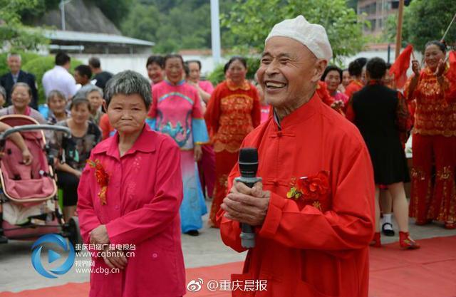 刘长义老人今年74岁,和他同岁的杨明彩老人从今年3月份进住重庆市开州区巫山镇敬老院后,大家在一起开玩笑、摆龙门阵,时间长了相互就熟识了,互相产生了好感。在敬老院的撮合下,刘长义主动去照顾生病的杨明彩老人,在回家的路上,刘长义老人成功表白,并被杨明彩老人接受。11日,两位老人举办了一场特殊的婚礼,过一个幸福快乐的晚年生活是他们最大的心愿。80、90后的你们,还单着吗?