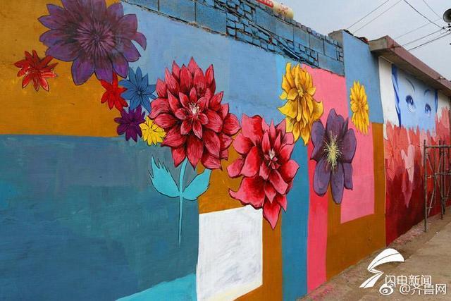 """当艺术墙绘遇上了美丽乡村,会出现什么样的景象?泰安市岱岳区道朗镇北张村,原本""""灰头土脸""""的赤膊墙壁不见了,取而代之的是色彩艳丽的手绘艺术画。北张村的墙绘是艺术家们为积极改造提升乡村环境,打造宜居宜旅的生态乡村所做的公益活动。"""