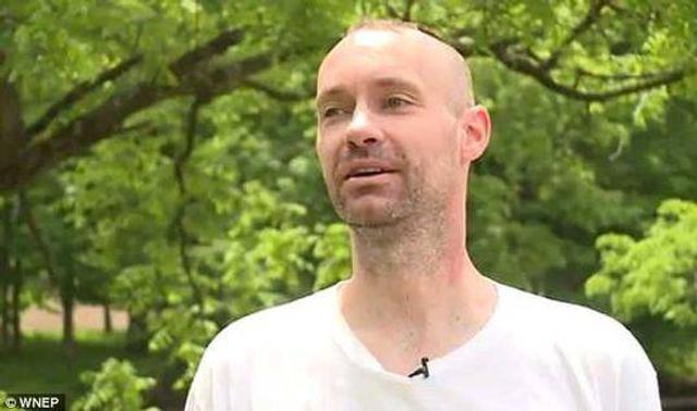 据英国《每日邮报》报道,美国宾夕法尼亚州一名男子家外的小溪中发现一具尸体,这名男子还上电视接受采访。可是警方调查后发现,那具尸体事实上是这名男子的母亲,随后他因谋杀罪被捕。