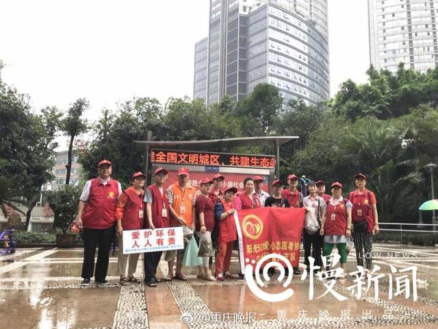 """早上8点,17名聋哑人志愿者就集结重庆嘉陵公园,拾捡地面上的垃圾,不少烟头、纸屑,甚至需到花坛或排水沟中捡。这些聋哑人志愿者年龄大多在60岁以上,他们却顾不得自己的年纪,个别身体稍微不便的志愿者,则举着""""爱护环境,人人有责""""的指示牌,提醒路人。捡垃圾的过程中一直下着雨,但这些上了年纪的聋哑人志愿者只是戴着帽子,默默维护环境卫生。"""