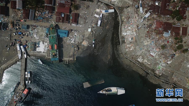 10月10日,,印度尼西亚中苏拉威西省栋加拉县,被海啸冲击到岸上的轮船。 当日,印尼抗灾署发言人苏托波称,中苏拉威西省9月28日发生的强烈地震及海啸已造成2045人死亡。 新华社发(王申 摄)