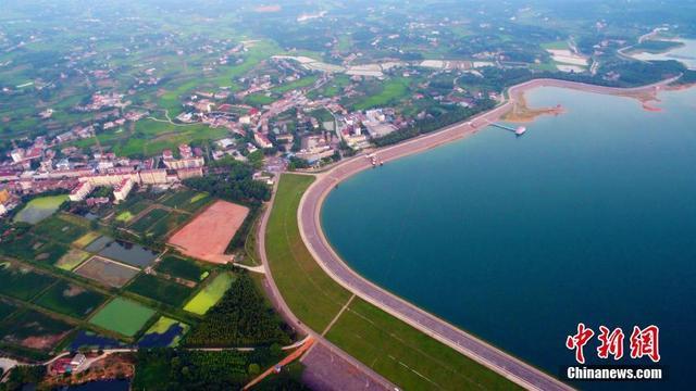 """位于湖北松滋市的洈水大坝是亚洲第一大人工型土坝,全长8968米,鸟瞰呈""""S""""型,造型优美,蔚为壮观。洈水水库水面辽阔,面积37平方公里,总库容量5.98亿立方米,有岛屿159个,半岛500个,素有""""楚南仙境千岛湖""""之美誉。近年来,松滋市有序推进河湖生态保护,着力发展全域旅游,在洈水的大坝之下建设了中国第一家五星级露天营地,并探索出了体育与旅游融合发展的新路径,使之成为户外运动爱好者的圣地及运动休闲产品研发和示范推广基地。周星亮 摄"""