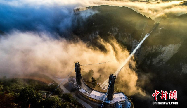 """此间中铁大桥勘测设计院集团6月13日发布消息称,在美国当地时间6月12日举办的第35届国际桥梁大会上,该院设计的张家界大峡谷玻璃桥获得亚瑟·海顿奖。国际桥梁大会是由美国主办,在国际桥梁界享有崇高声誉的国际桥梁学术会议,被誉为世界桥梁界的""""诺贝尔奖""""。大会共设桥梁技术奖7项,从设计、实用性、理念、环境资源等方面对优秀桥梁工程给予评奖和表彰。其中亚瑟·海顿奖以表彰在桥梁的方便性、非传统设计方面有突出成绩的桥梁工程。文/王虎 徐金波 图/王虎"""