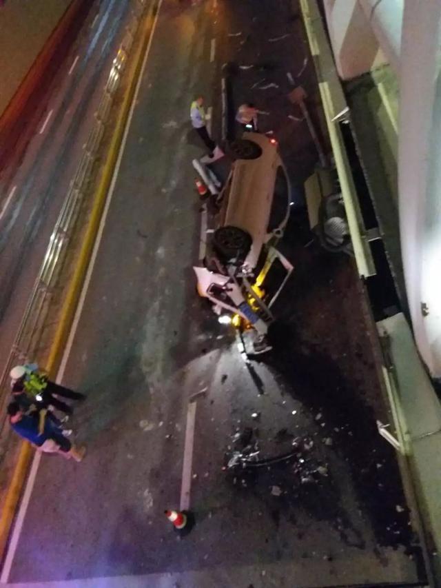 2018年6月13日晚23时10分许,广西南宁,一辆白色吉利帝豪轿车正从青山隧道往南宁大桥方向行驶。当车辆行驶至英华隧道口时,与隧道口顶部的护栏发生撞击,直接从隧道上方翻了下去。