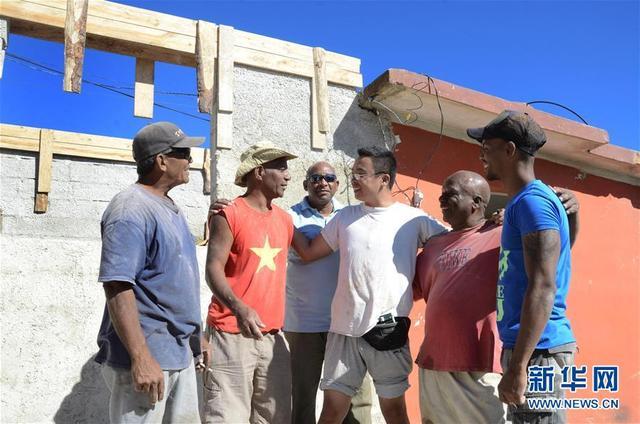"""2月6日,那伟建(右三)在古巴首都哈瓦那雷格拉区和当地受灾居民聊天。  1月27日晚,龙卷风和暴雨侵袭哈瓦那东部多个地区,造成6人死亡、200多人受伤、4300幢房屋倒塌或严重受损。位于哈瓦那东南部的雷格拉就是重灾区之一。十多天来,那伟建每天上午10点左右出现在雷格拉区,和他的""""古巴兄弟们""""工作到下午六七点才收工。  新华社发(华金·埃尔南德斯摄)"""