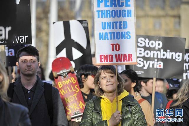 4月16日,在英国伦敦,反战人士参加游行。当日,英国民众在伦敦议会大厦外举行反战游行,反对英国参与对叙利亚的军事行动。  新华社发(史蒂芬·程 摄)