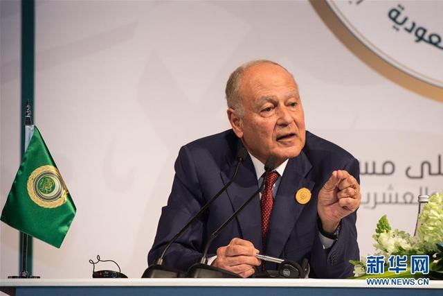 """4月15日,在沙特阿拉伯宰赫兰,阿盟秘书长盖特出席新闻发布会。  阿拉伯国家15日呼吁国际社会对据称叙利亚""""化学武器袭击""""事件展开独立调查。  新华社记者孟涛摄"""