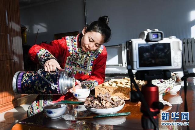 """1月10日,乌音嘎在自拍蒙古族特色食品的视频。  冬季的草原寒风刺骨,家住内蒙古自治区西乌珠穆沁旗的""""95""""后蒙古族姑娘乌音嘎正忙着拍摄牧区生活。 2018年1月,刚大学毕业的乌音嘎回到牧区家中,开始创业做原生态牧区短视频。她拍摄草原美景,记录牧区生活,把美丽的家乡、独特的民俗呈现给观众,得到了全国各地网友的关注。目前,乌音嘎在短视频、直播平台已经拥有了上百万粉丝,还带动了家乡旅游和特产销售。  新华社记者 刘磊 摄"""
