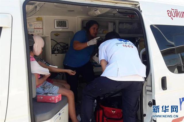 2月9日,救援人员在泰国普吉岛救助快艇撞船事故的受伤游客。 据中国驻泰国宋卡总领馆10日通报,一艘载有11名中国游客的快艇9日下午在普吉海域与一艘停泊油轮相撞,导致11名中国游客和2名船员受伤,无人死亡。截至目前已有6人出院或无需住院治疗,其余5人住院观察,个别需要继续治疗。 新华社发