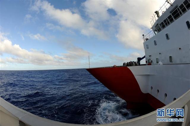 """12月3日,""""沈括""""号抵达西太平洋深海站位。中国多家机构联合组成的""""彩虹鱼""""2018马里亚纳海沟海试与科考团队已抵达西太平洋第一个深海站位,12月4日成功进行基于我国北斗卫星通信系统的4500米级大深度剖面浮标海试。  新华社记者 张建松 摄"""