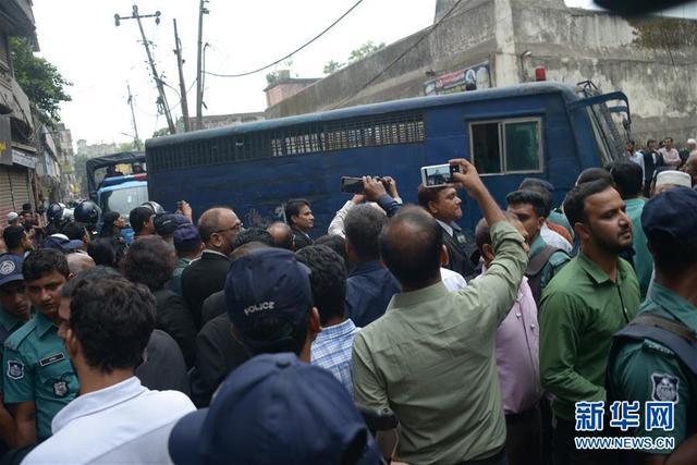 10月10日,在孟加拉国首都达卡,载有嫌犯的车辆抵达法庭。 孟加拉国首都达卡快速审判法庭10日对2004年导致至少24人死亡的手榴弹袭击案进行宣判,判处19人死刑。 新华社发