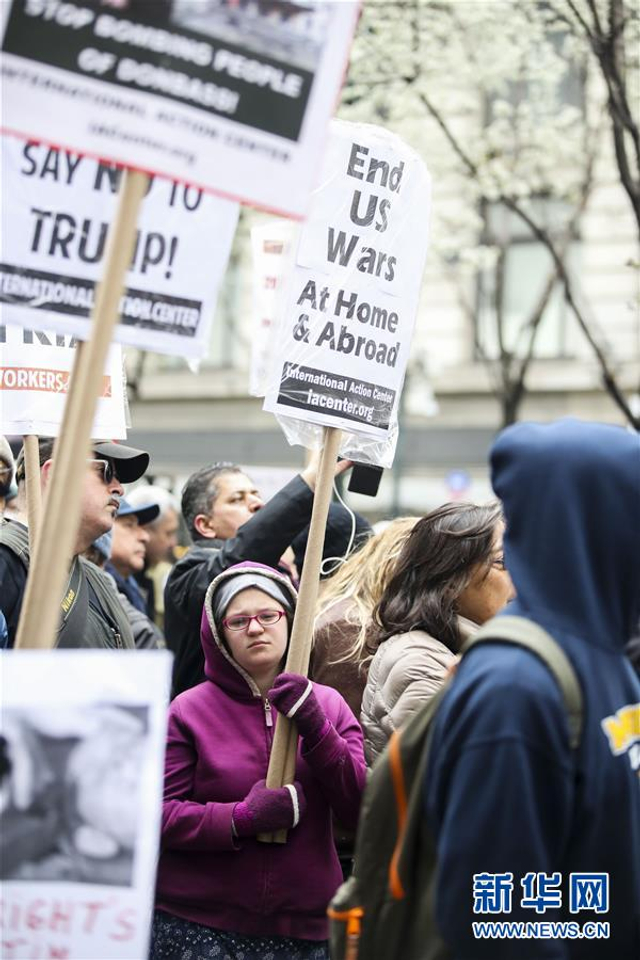 4月15日,反战人士在美国纽约参加集会。  当日,数百名反战人士在纽约举行集会,呼吁政府结束战争,珍惜和平。  新华社记者王迎摄