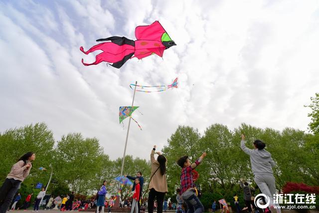 青少年活动中心升旗广场上,众多孩子和家长一起放飞风筝,放飞春天。