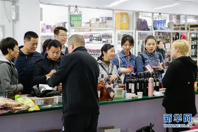 5月15日,中国顾客在满洲里中俄互市贸易区选购俄罗斯商品。内蒙古自治区满洲里是中国与俄罗斯接壤的口岸城市,是中国最大的陆路口岸。每天9时以后,在满洲里中俄互市贸易区里,刚刚入境的俄罗斯边民就背着列巴(面包)、化妆品、香皂等俄罗斯商品,来到俄罗斯人商城,准备迎接游客和消费者。俄罗斯边民售出商品后就在满洲里消费,再带些中国商品回俄罗斯去。繁荣的边境互市促进了满洲里的发展。新华社发(虞东升 摄)