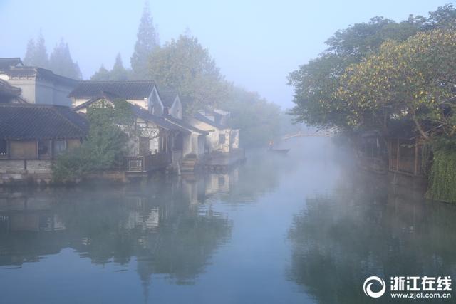 11月9日清晨,乌镇被雾气笼罩,小桥、流水、古巷在雾中若隐若现,宛若仙境。