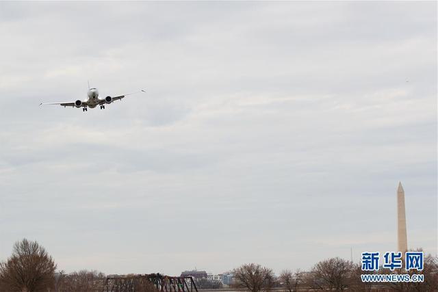 3月13日,一架波音737 Max 8型号飞机准备降落在美国首都华盛顿附近的里根机场。美国联邦航空局13日要求美国各航空公司运营的所有波音737 MAX型号飞机暂时停飞,并暂时禁止该型号系列飞机在美国领土上运行。 新华社发(沈霆摄)