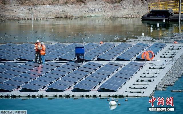 """当地时间2019年3月14日,智利圣地亚哥郊区,世界上第一个太阳能电池板""""岛屿""""落成,这座""""岛屿""""由256块光伏板组成。"""